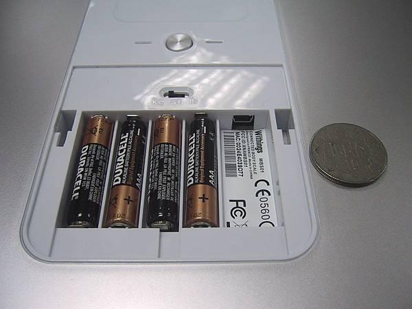 電池盒(已安裝電池)和 USB 接頭