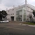 游泳池旁邊的網球場 升級成 綜合球館