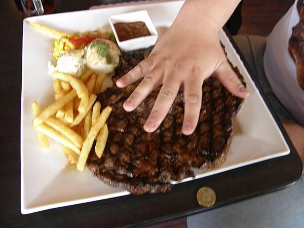 這牛排比我的手掌還要大