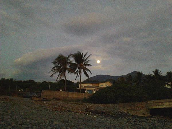不肯回家的月亮.jpg