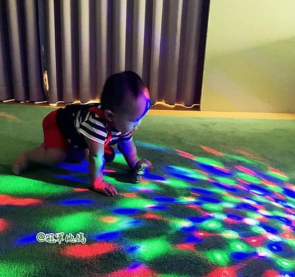 英國BabySensory親子教育-PCT童樂匯 感統遊樂區 寶寶感統課程 感覺統合 五感發展 寶寶發展 嬰幼兒發展 寶寶音樂課 寶寶燈光秀44.jpg