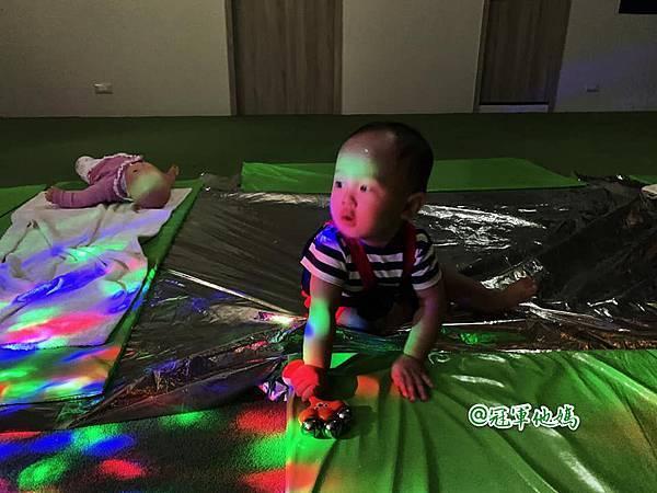 英國BabySensory親子教育-PCT童樂匯 感統遊樂區 寶寶感統課程 感覺統合 五感發展 寶寶發展 嬰幼兒發展 寶寶音樂課 寶寶燈光秀45.jpg