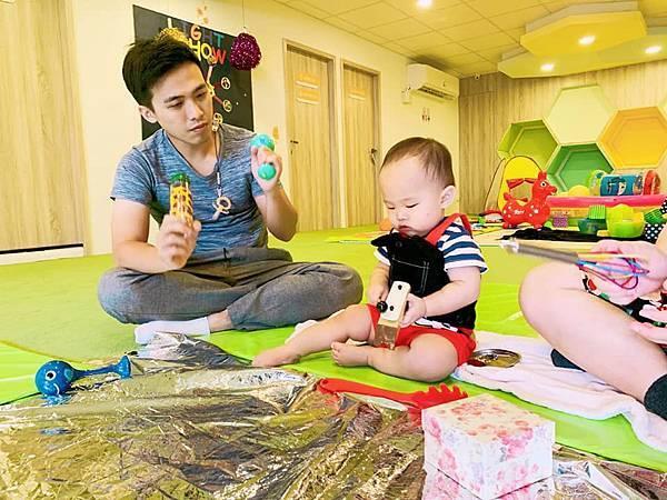 英國BabySensory親子教育-PCT童樂匯 感統遊樂區 寶寶感統課程 感覺統合 五感發展 寶寶發展 嬰幼兒發展 寶寶音樂課 寶寶燈光秀47.jpg