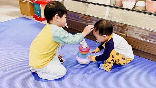 Fisher Price 費雪 LINKIMALS聯萌家族 費雪玩具 玩具推薦 優質玩具 奇哥 奇哥總代理 周歲送禮 週歲送禮 生日禮物 聖誕禮物 寶寶玩具 聲光玩具 套圈圈 益智玩具 故事機 聲光玩具組25.jpg
