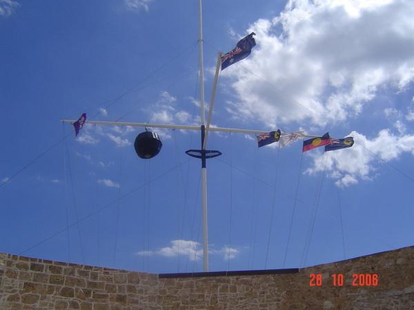 從漁港內監獄往天空看去