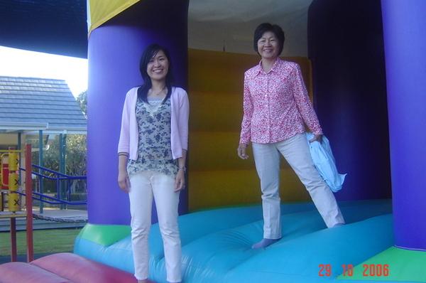 我和老媽玩跳跳床