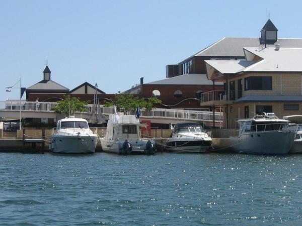 開船湖邊的餐廳