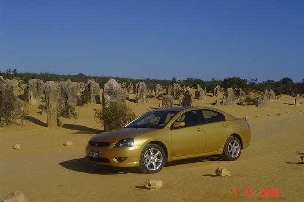 有沒有像在沙漠中拍的汽車廣告     我們租的車啦