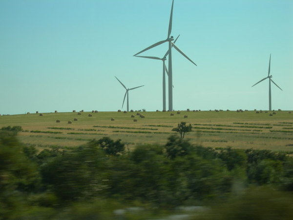 風力扇產生電力   有沒有很西部ㄉ感覺