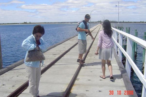 走在海堤上