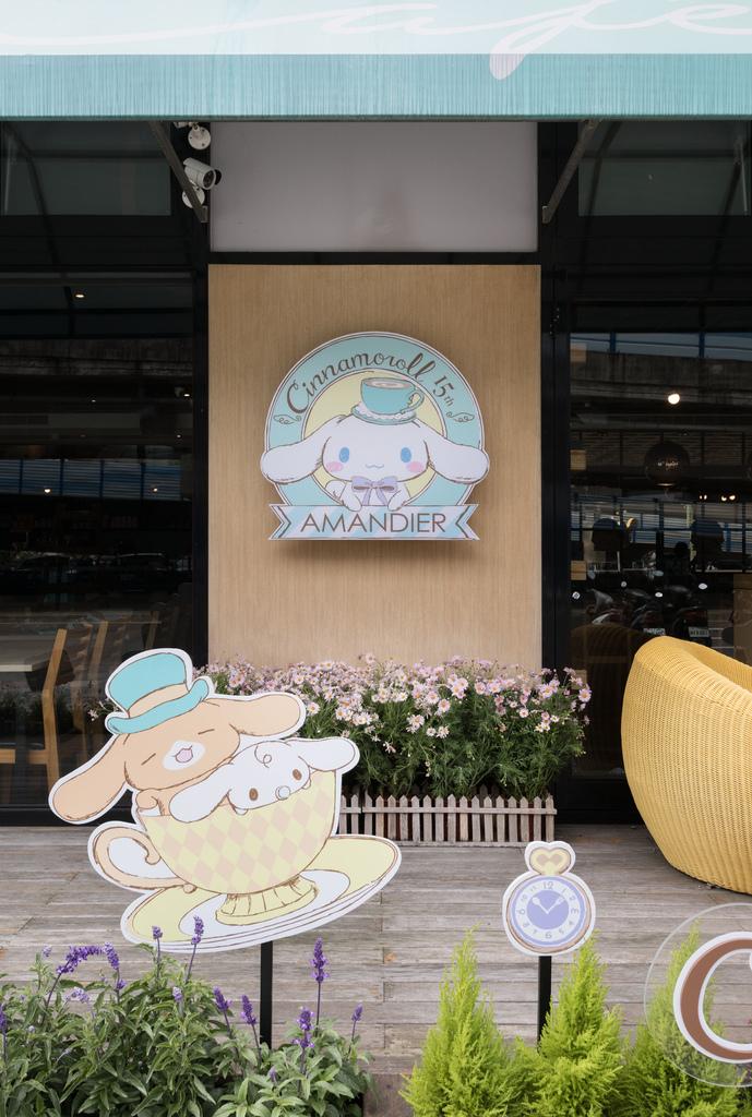 大耳狗喜拿15週年紀念徽章,由法式甜點品牌雅蒙蒂(Amandier Cafe)與台灣三麗鷗聯手打造期間限定咖啡店.jpg