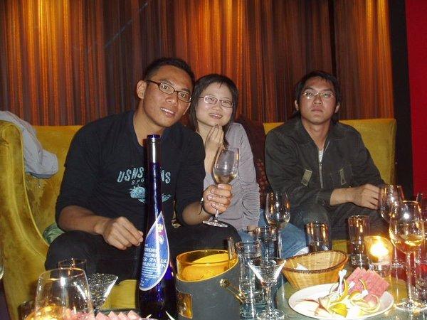 瞧瞧桌上,這群酒鬼還假裝沒醉