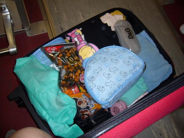 零食佔掉一半的行李箱