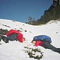 享受無人踏過的雪地