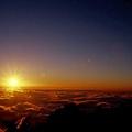 夕照把初入眼的關山和雲海染了一片橘紅