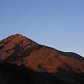 夕陽西下 關山被染得一片