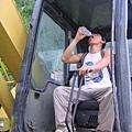偷喝 工人的水.....