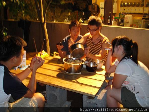 星空下~不斷跳電的悠閒晚餐! ~蕃茄魚麵~  感謝靜佳!!
