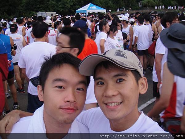起跑前  每次見到聚集那嚜多愛好運動的人~不自覺開始亢奮了!