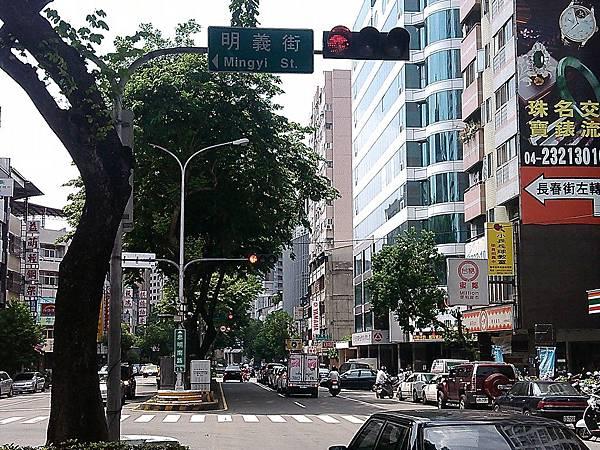 忠明南路與明義街口左轉100公尺處有華美停車場