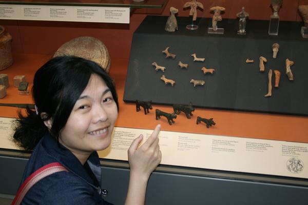 跟三千多年前的木雕狗照相