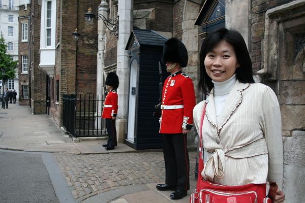 St. James's Palace的衛兵, 我們只敢站在邊邊拍...