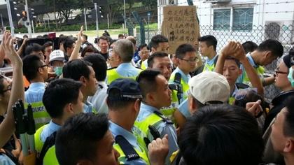 警方以集會屬非法集結為由,拒絕音響公司運送音響給佔中行動。 香港蘋果
