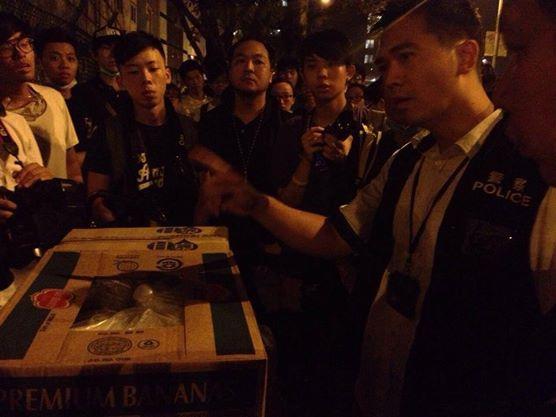 警方持續干擾現場的物資發放。翻攝《香港獨立媒體網》臉書