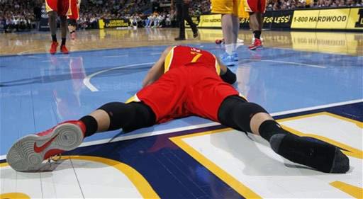 林杜瑞拉掉了他的球鞋