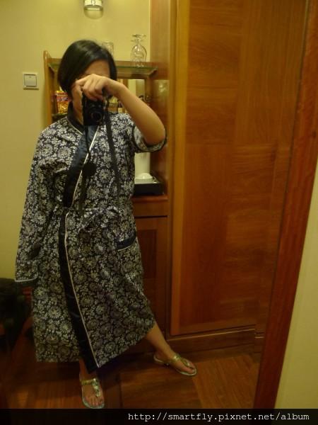 飯店的浴袍,跟我的鞋子好搭XD