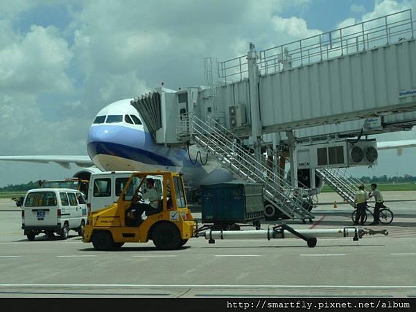 在機場等待往柬埔寨的飛機,期間看到很多樣的維修車,是一種很新鮮的體驗