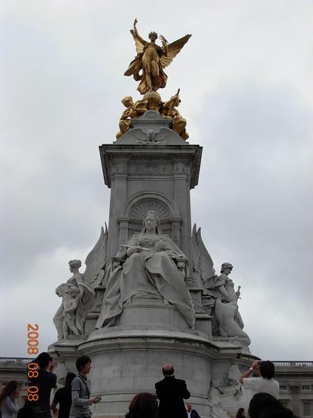 白金漢宮前的雕像 (2).JPG