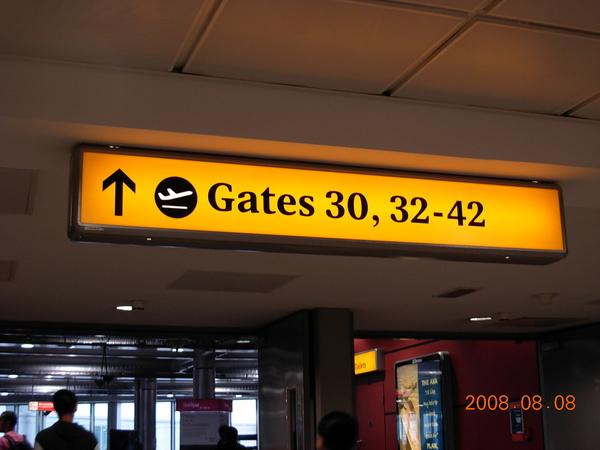 往32號登機門.JPG
