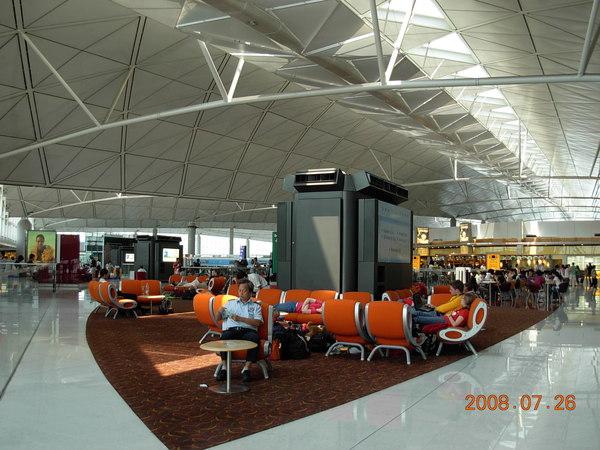香港機場-很好睡的椅子^^.JPG