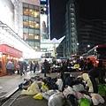 地上一包包不是垃圾唷,是要寄送到各國的衣服