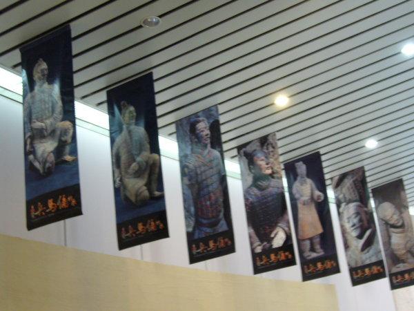 天花板吊的海報