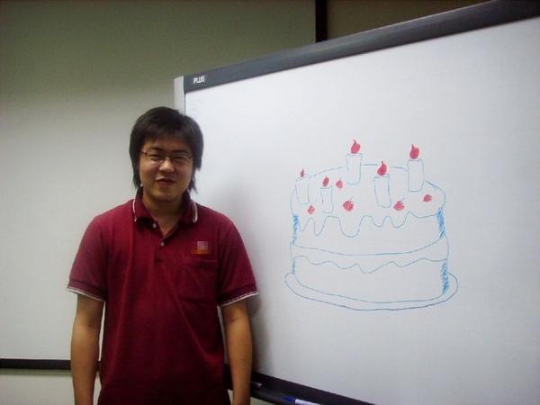 這是他自己的生日蛋糕!!!