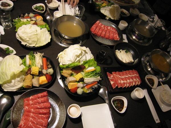 菜都上桌後看起來超豐盛