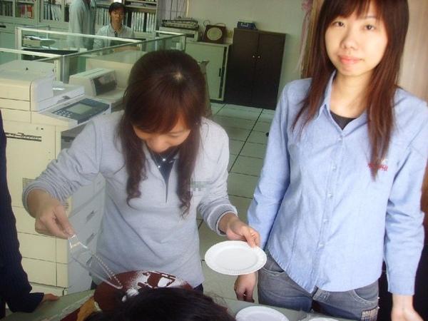 惠琪正在為蛋糕要怎麼簽而苦惱