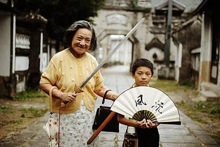 親愛的奶奶_奶奶開心與小阿達一起扮大俠 [800x600]