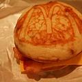 人家麵包上都有M