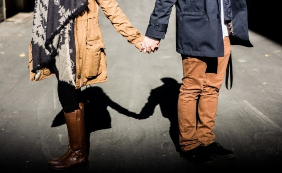holding-hands-1031665_1920-570x350