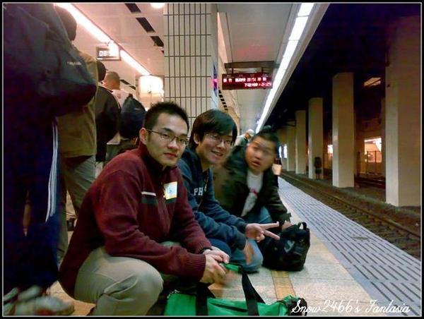 200803252141-w黃名璽在月台合照 (Small).jpg