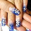 手部深藍色水晶指甲 尖形小花.jpg