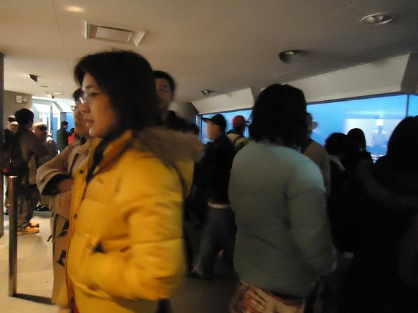 人山人海的室內展望台‧函館山