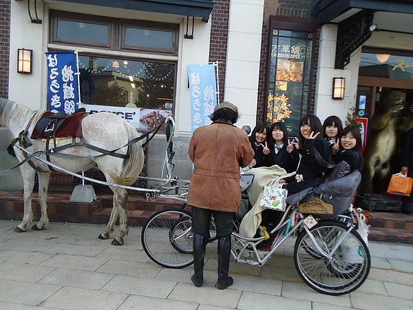 體驗馬車的女學生們‧小樽