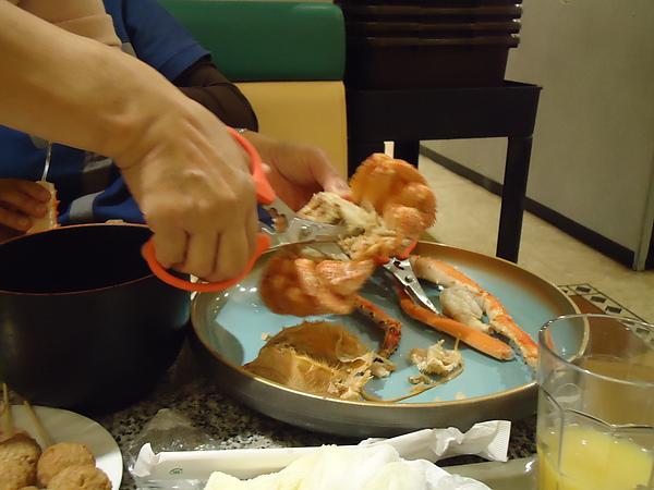 友人示範如何剪螃蟹