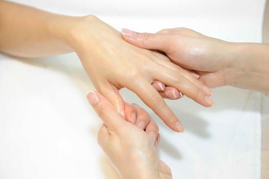 按摩手臂後再以護手霜按摩掌心[1].手背及手指.jpg