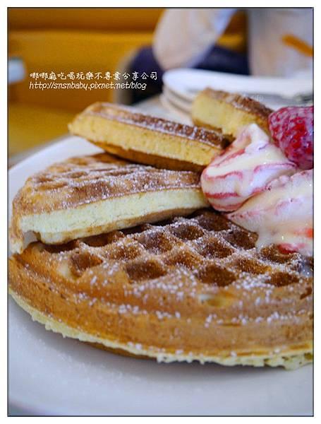 草莓旁鬆餅