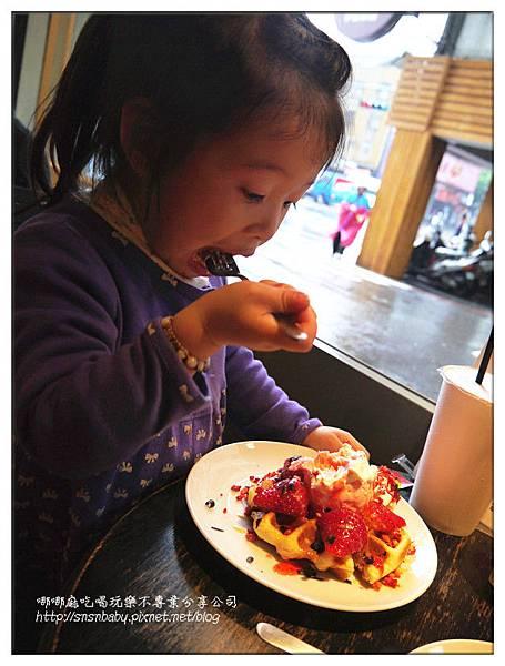 吃草莓鬆餅